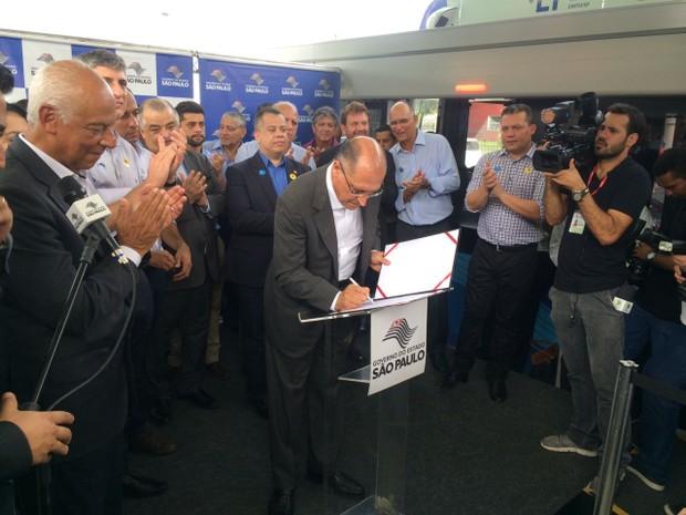 Governador inaugurou estações do VLT (Foto: Solange Freitas/G1)