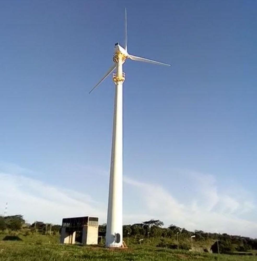 Torres possuem 30 metros de altura e pás de 10 metros de comprimento (Foto: Secretaria de Energia e Mineração/Divulgação)