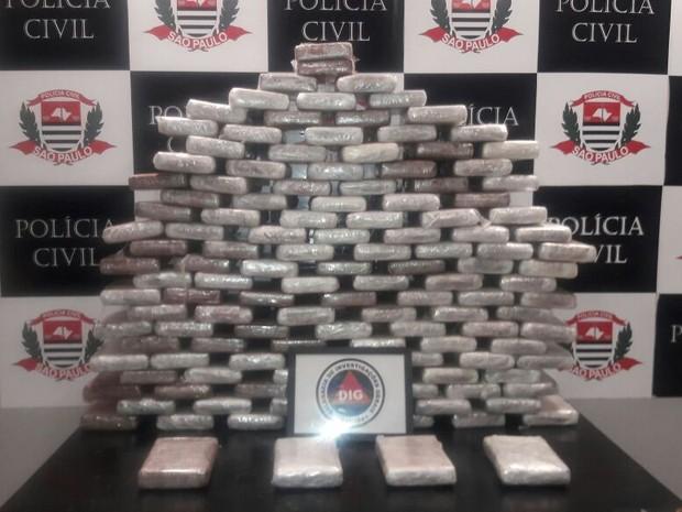 Tabletes de cocaína foram encontrados dentro de veículo em Santos (Foto: Divulgação/DIG Santos)
