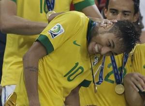 Ao final da partida, o atacante Neymar recebe os prêmios de Melhor jogador da Copa das Confederações e Chuteira de bronze (Foto: AP Photo/Natacha Pisarenko)