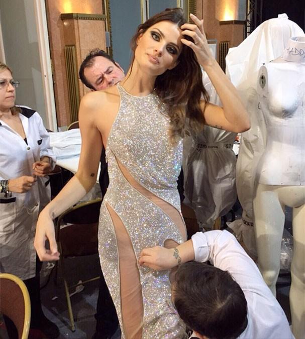 Exclusivo! Direto da Semana de Alta Costura, Isabelli Fontana posa para cliques no backstage da Versace
