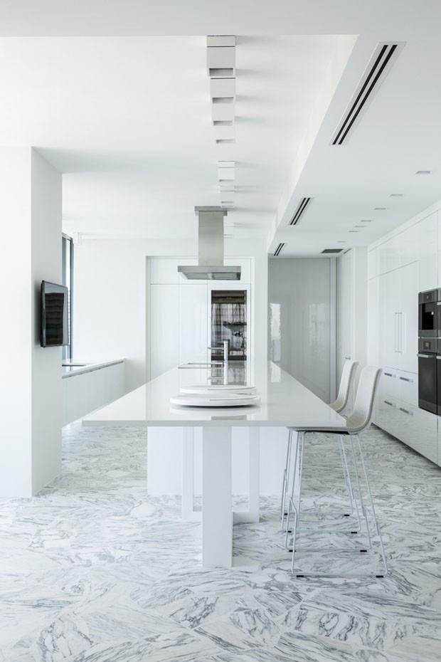 Branco predomina com sofisticação no apartamento de 500 m² (Foto: Fran Parente/Divulgação)