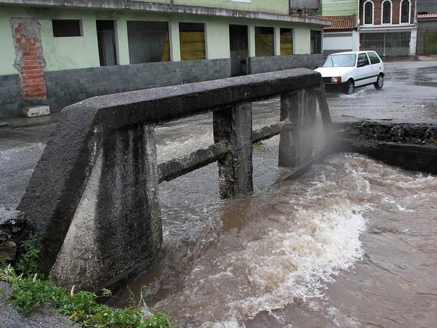 Chuva causa transbordamento em córrego na zona norte de São Paulo (SP), nesta sexta-feira (17). (Foto: Willians Queiroz/Futura Press/Estadão Conteúdo)