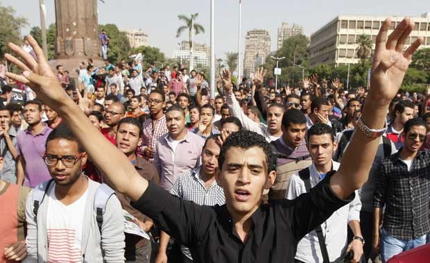 Estudantes universitários e membros da Irmandade Muçulmana protestam no Cairo nesta terça-feira (8) (Foto: Mohamed Abd El Ghany/ Reuters)