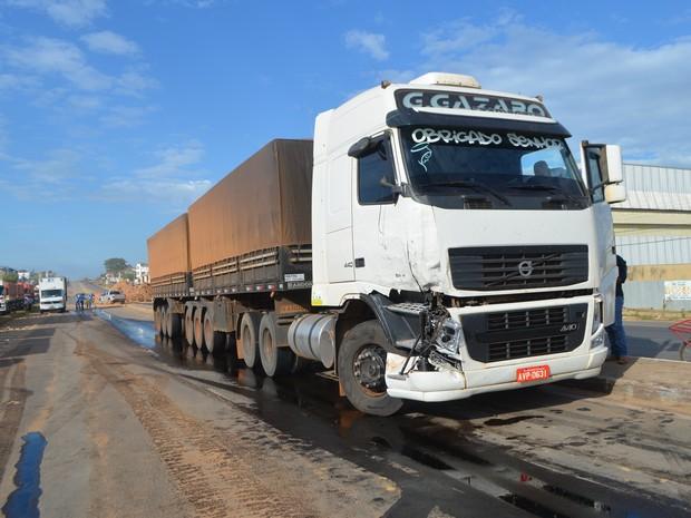 Óleo diesel vazou tanque do veículo ser atingido (Foto: Pâmela Fernandes/G1)