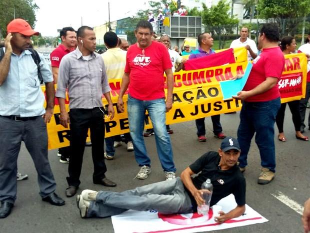 Grupo se reuniu em frente a sede do Governo para pedir pelo cumprimento da liminar (Foto: Divulgação)