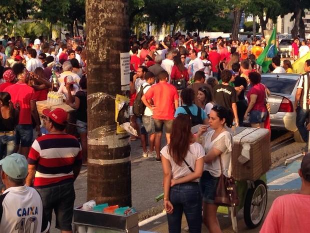 Manifestantes se concentram em frente ao Liceu Paraibano, em João Pessoa (Foto: Walter Paparazzo/G1)