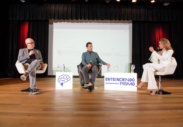 O jornalista Marcelo Tas, Fabio Igel, sócio fundador da Monashees e Isabel Humberg, fundadora e ex-CEO do site OQVestir, no evento Entendendorismo, promovido pela Sinigium em parceria com o Insper (Foto: Tulio Vidal/Divulgação )
