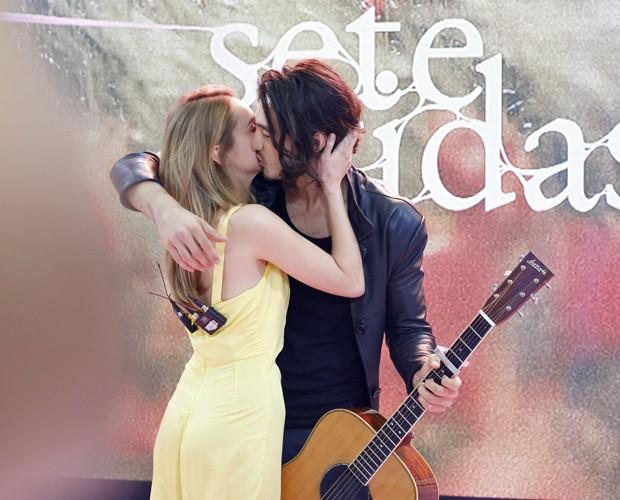 Isabelle e Tiago demonstram carinho no palco do Mais Você (Foto: Ellen Soares/Gshow)