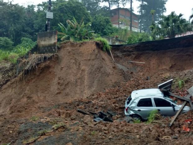 Carro caiu em cratera após solo ceder com a chuva em Blumenau (Foto: Jaime Batista da Silva - Blog do Jaime)