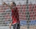 Bale testa a rede do Parc des Princes e o pescoço de companheiro de Gales