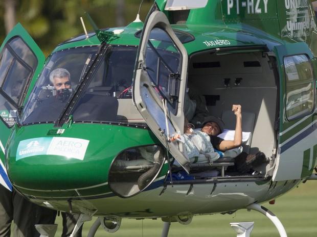 Neymar deixa a Granja Comary, no Rio de Janeiro, e segue para sua casa em São Paulo (Foto: AP Photo/Leo Correa)