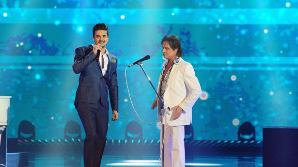 Roberto Carlos recebe Luan Santana no especial 2014, que relembra a trajetória internacional do Rei (Foto: João Cotta/Globo)