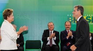 A presidente Dilma Rousseff e o novo ministro da Saúde, Arthur Chioro, em cerimônia no Palácio do Planalto (Foto: Roberto Stuckert Filho / PR)