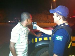 Motorista realiza teste do bafomêtro (Foto: Henrique Corrêa/G1)