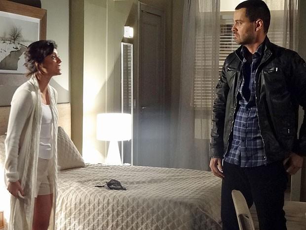 Miriam se descontrola e atira na cara de Fernando que ama Rodrigo (Foto: Amor Eterno Amor/TV Globo)