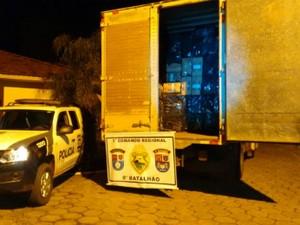 Cigarros contrabadeandos estavam dentro de um caminhão (Foto: Divulgação/PM)