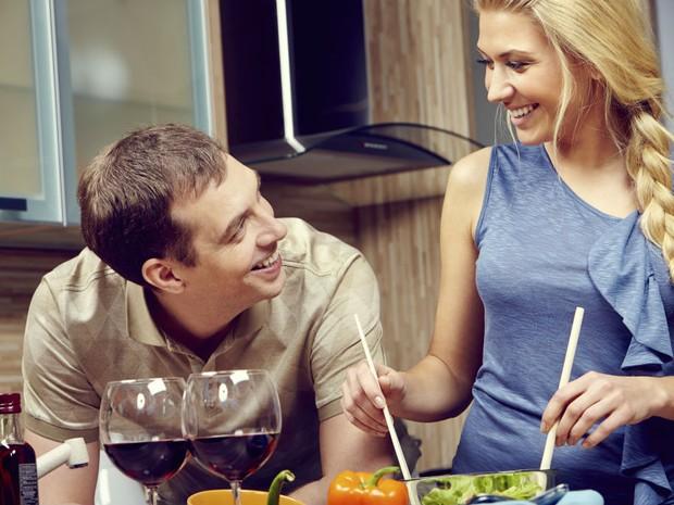 Cozinha a dois, taas, vinho (Foto: Getty Images)