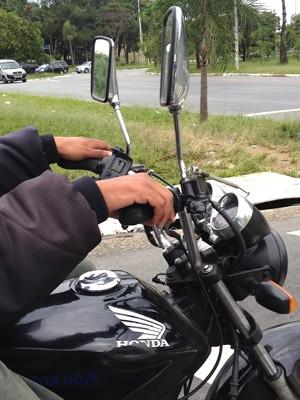 Guidão estreito pode alterar dirigibilidade da moto (Foto: Roberto Agresti/G1)