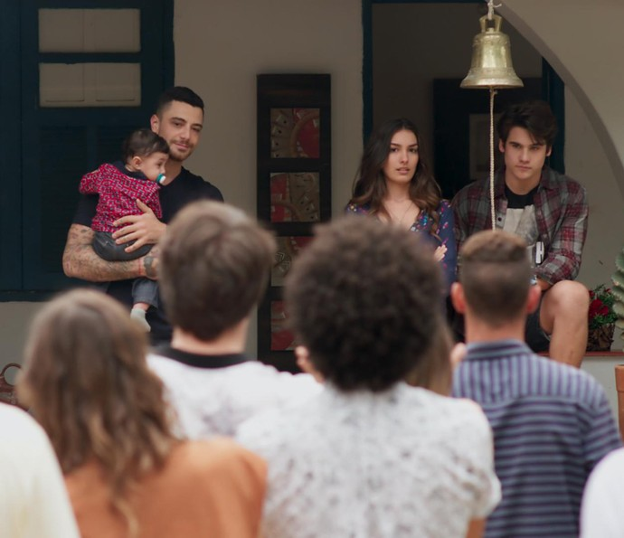 Luciana e Rodrigo contam pra galera que estão juntos novamente (Foto: TV Globo)