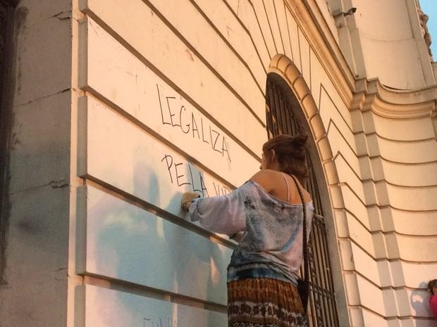Manifestante escreveu na parede da Câmara Municipal frases como 'Legaliza [o aborto] pela vida das mulheres' e 'Fora Cunha' (Foto: Matheus Rodrigues / G1)