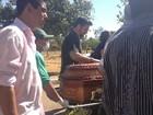 Colegas fazem homenagem durante enterro de policial civil assassinado