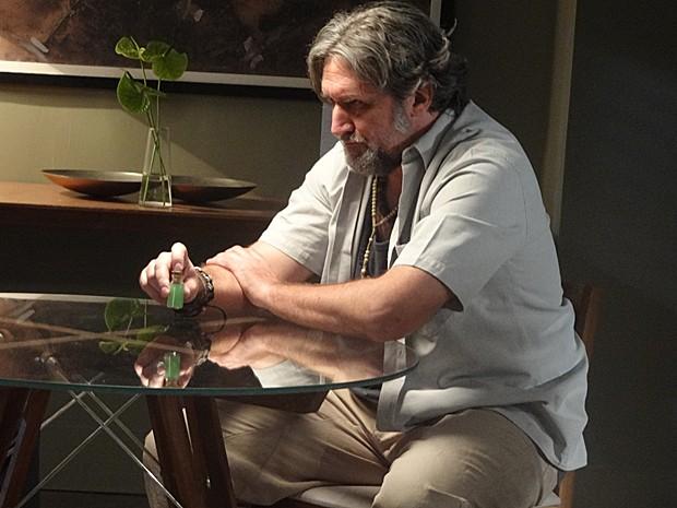 José Alfredo dá dinheiro para o curandeiro em troca de líquido verde (Foto: Gshow)