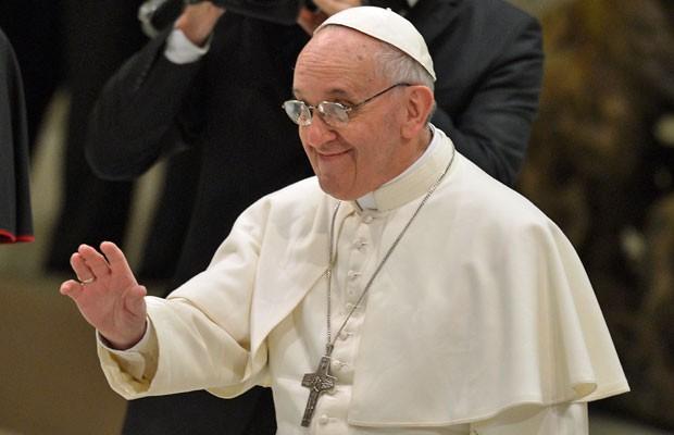 Papa Francisco acena ao chegar ao encontro com jornalistas no Vaticano, neste sábado (16) (Foto: Vincenzo Pinto/AFP)