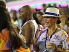 Glória Pires usa batom azul e chapéu personalizado nas Campeãs do Rio