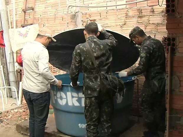 Agentes de endemias e militares do 8ª Bec no combate ao Aedes (Foto: Reprodução/TV Tapajós)