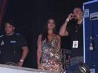 Thais Fersoza assiste show de Michel Teló nos bastidores e evita imprensa