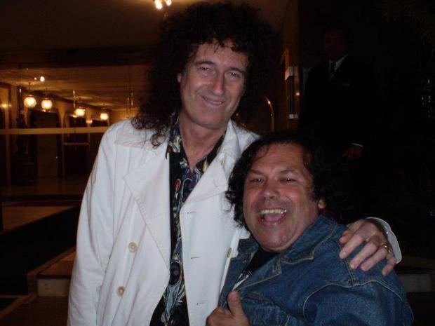 Cláudio Maradona posa em foto com Brian May, do Queen. (Foto: Cláudio Maradona/ Arquivo pessoal)