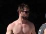 Chris Hemsworth exibe físico sarado em dia de praia na Austrália