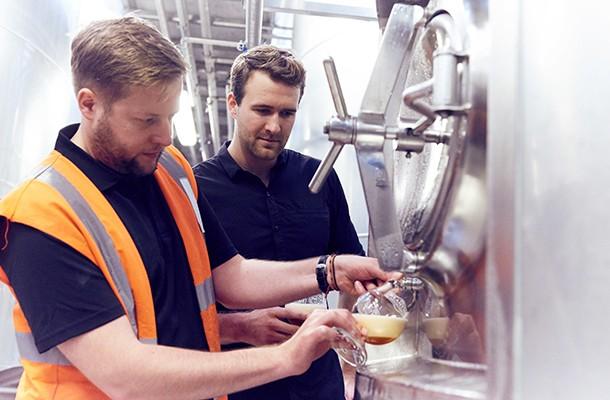 Na Meantime Brewing, o cliente pode conferir a produção da cerveja baseada em seu DNA (Foto: Divulgação/Meantime Brewing)