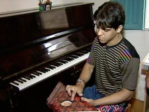 """Pedreiro que aprendeu a tocar piano """"de ouvido""""contou que despertou o telento para a música tocando harpa (Foto: Reprodução/TV Gazeta)"""
