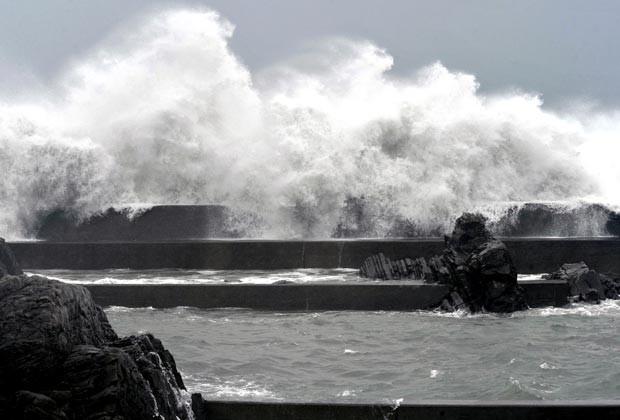 Fortes ondasm em píer de porto de Muroto. O fenômeno meteorológico continua seguindo da ilha de Honshu em direção a Hokkaido, provocando fortes chuvas e ventos antes de, como previsto, virar para noroeste e entrar no Oceano Pacífico. (Foto: AP)