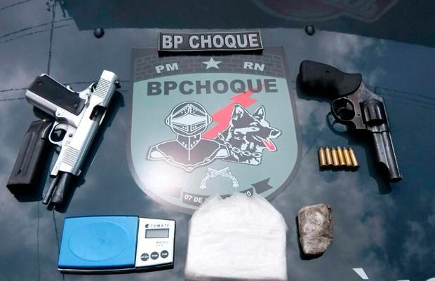 Material apreendido com os suspeitos foi levado para a Delegacia Especializada em Narcóticos (Denarc) (Foto: Divulgação/BPChoque)