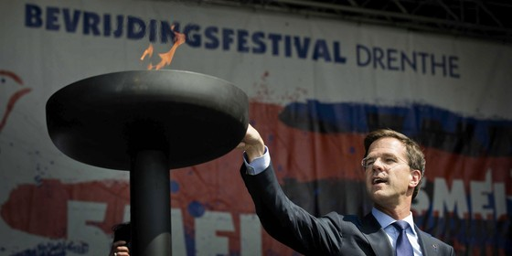 Primeiro-ministro da Holanda, Mark Rutte, acende uma chama em comemoração do Dia da Libertação, quando os holandeses relembram a rendição da Alemanha nazista (Foto: Bart Maat/EFE)