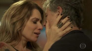 Vittorio e Lenita se entregam à paixão