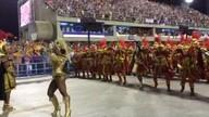Rainha da bateria da Estácio da Sá anima os músicos da escola no Carnaval do Rio