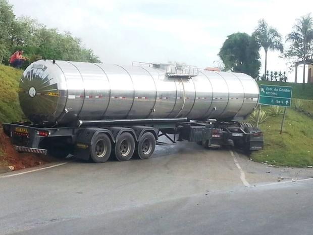 Carreta bloqueou acesso rodovia Lívio Tagliassachi, em São Roque (Foto: São Roque Notícias/Divulgação)