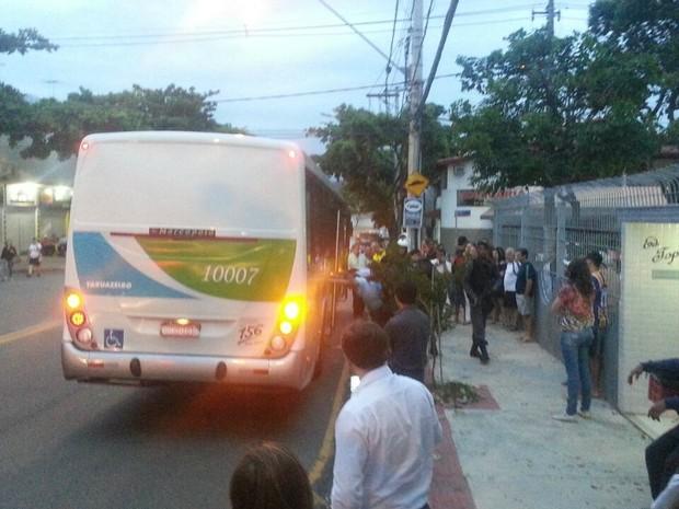 Criminosos foram detidos por passageiros, no Espírito Santo (Foto: Internauta/ VC no G1)