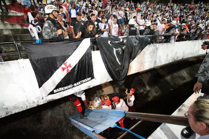 Santa Cruz x Vasco Arruda Torcedor Fosso (Foto: Marlon Costa / Pernambuco Press)