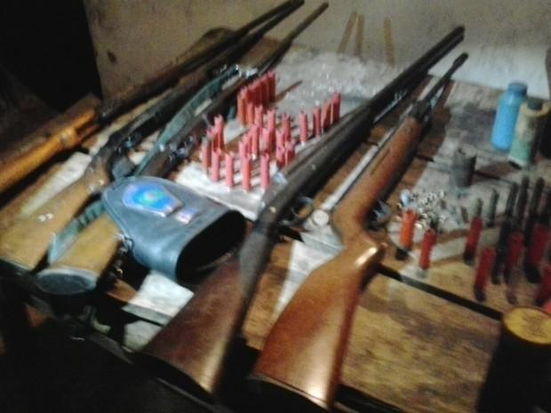Guardas apreenderam armas e munição eram usadas para caça (Foto: Guarda Civil de Piracicaba)