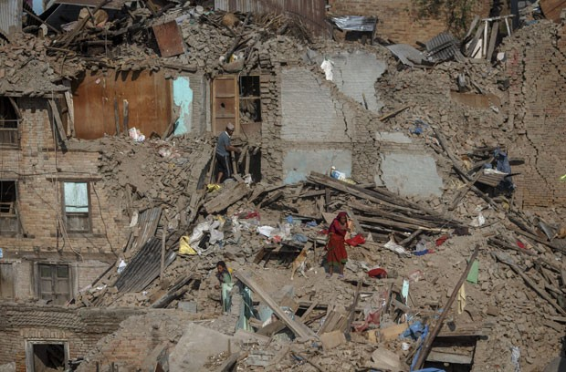 Sobreviventes de terremoto buscam pertences em meio a escombros de casas em Sankhu, no Nepal, nesta terça-feira (5) (Foto: Athit Perawongmetha/Reuters)