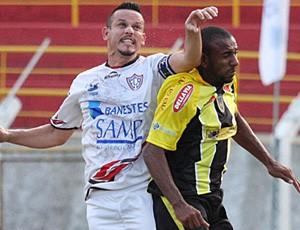 Léo Gonçalves (de branco) disputa a bola com um jogador do Volta Redonda (Foto: Simon Dias/Rádio ES)