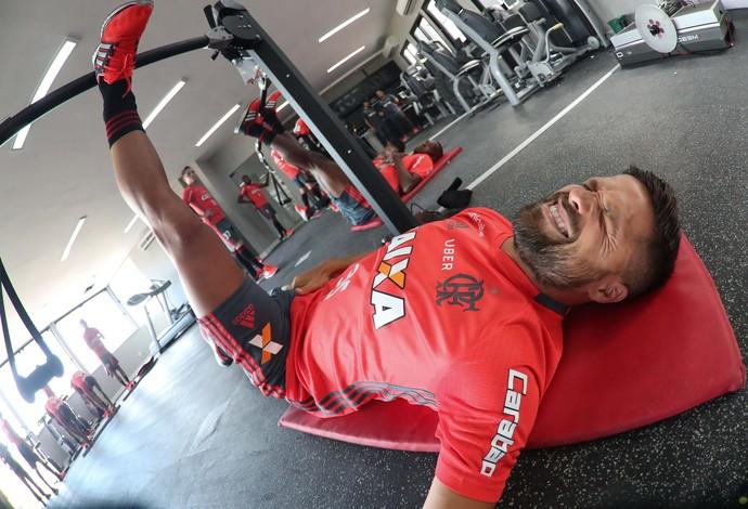 Diego realiza trabalho no CT do Flamengo (Foto: Gilvan de Souza)