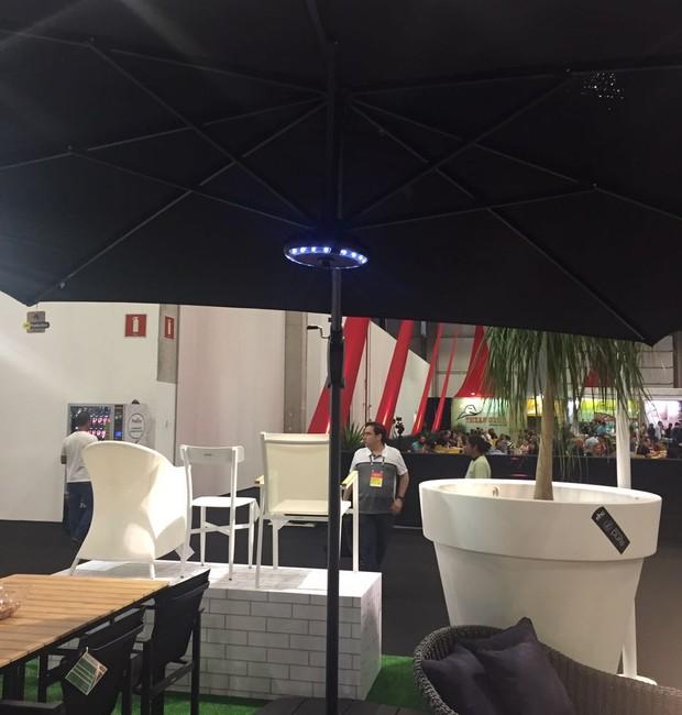A luminária de LED se encaixa nos ombrelones e também tem função de caixa de som. Conecta-se por meio de Bluetooth. A peça faz parte dos lançamentos da Greenhouse (Foto: Casa e Jardim)