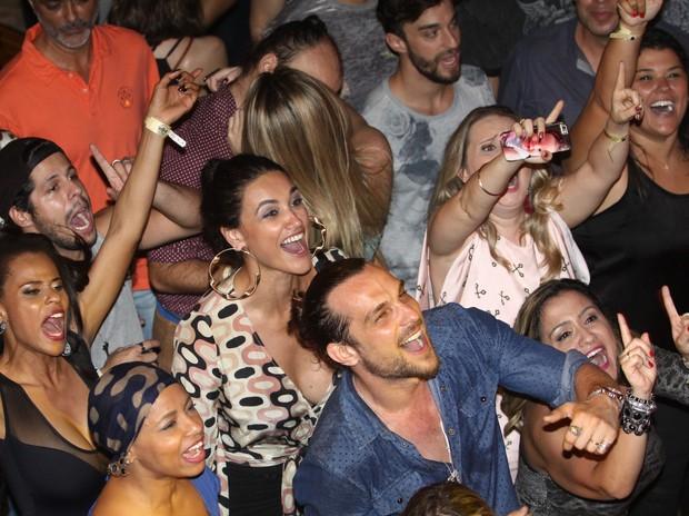 Débora Nascimento, Igor Rickli e Aline Wirley se divertem em meio ao público (Foto: Wagner Santos / PhotoRioNews)