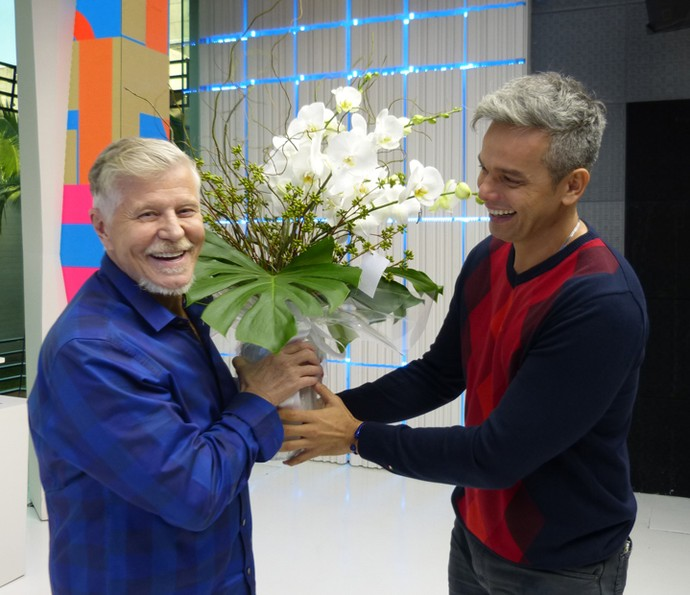 Surpresa! Miguel Falabella recebeu flores ao final do programa (Foto: Leonardo Viso/ Gshow)